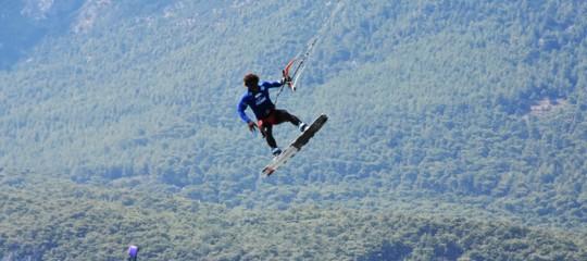 Kitesurfer risucchiato da elicottero militare a Ladispoli, grave