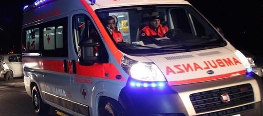 Taranto: ubriaco, getta la figlia dal balcone (gravissima) e accoltella il figlio alla gola