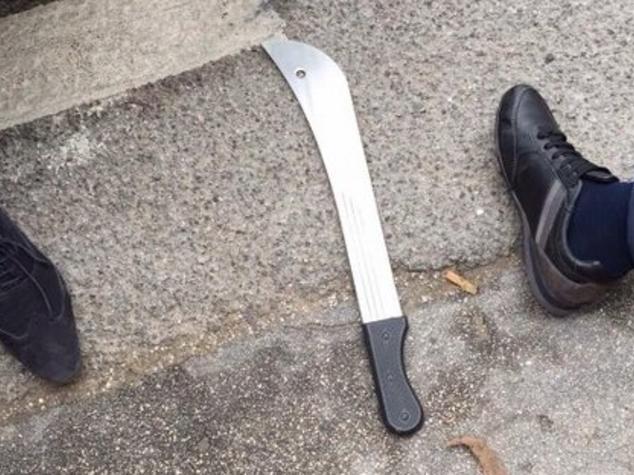 aggredisce moglie machete