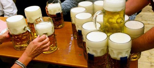 Davvero ingeriamo plastica mangiando sale o bevendo birra? Cosa sapere