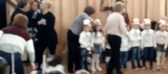 Una recita di Natale a Gela è finita con una furibonda rissa tra mamme