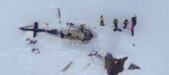 Collisione tra un elicottero e un aereo da turismo in Val d'Aosta: 5 morti
