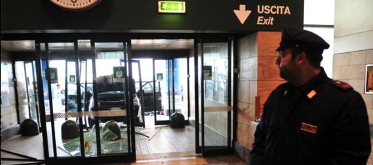 Il migrante respinto a Malpensaè ancora in fuga, 15 voli dirottati