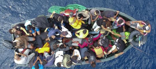 Migranti: barca con 51 persone a bordo approda nel Crotonese