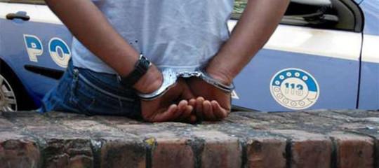 tunisino picchia poliziotti bergamo