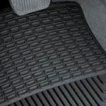 Rinnovare i tessuti dell'interno auto: tappetini di gomma o di tessuto?