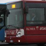 Otto giovani hanno picchiato un autista di un bus notturno a Roma